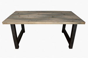 Houten tafel met stalen poot